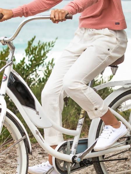 Белый женские брюки on the seashore