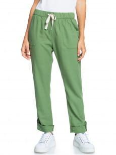 Зеленые женские брюки on the seashore